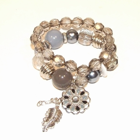 Armband grijs 77003   Trendy grijze armband met bedels