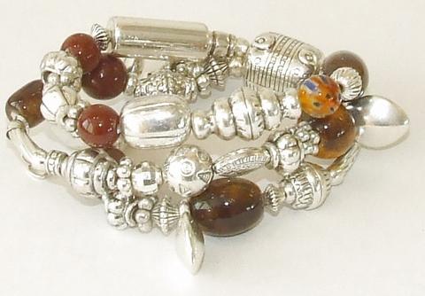 Armband bruin 844123 | Armband 3 rijen kralen met bedels