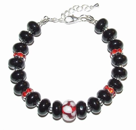 Armband zwart+rood 94123 | Opvallende armband glaskralen