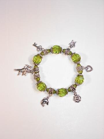 Armbandje met groene kralen en zilverkleurige bedels