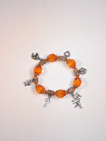 Armbandje met oranje kralen en zilverkleurige bedels