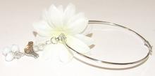 Oorbel bloem 431900 | Witte bloemoorbel met bedels GTST