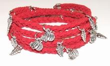 Wikkelarmband rood 67112   Rode wikkelarmband met bedels
