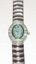 Horloge ovale kast met groene steentjes en heldere strass